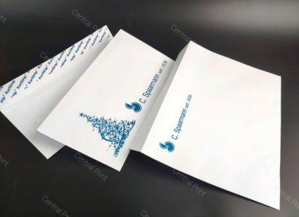 белые бумажные конверты вид с разных сторон